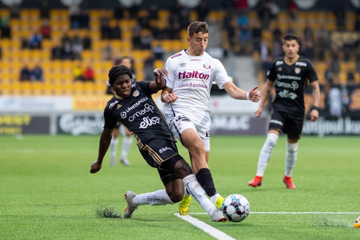 SJK:n Serge Atakauyi ja FC Lahden Jasin Assehnoun pallon tavoittelussa.