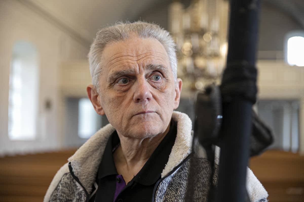 Seppo Kujala pitää surusauvaa Tammelan kirkossa.