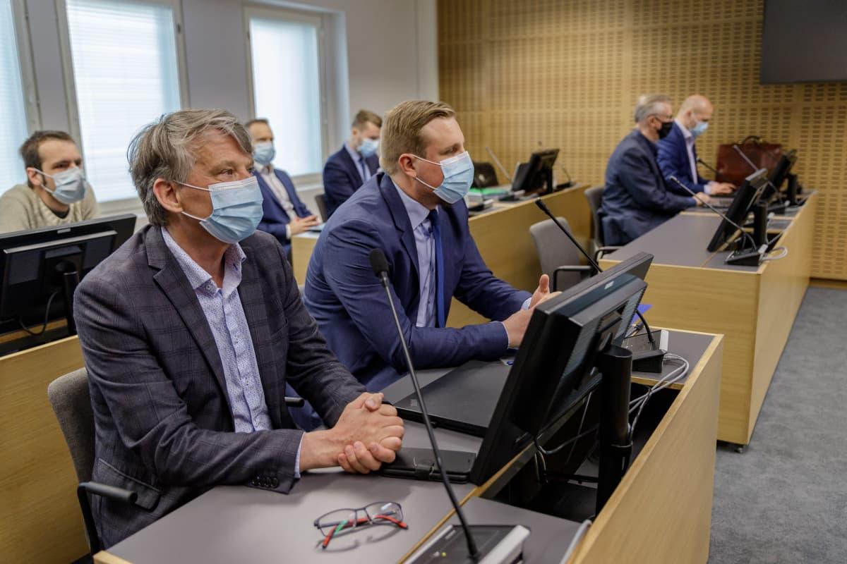 Jari Blom ja Ahti Ruoppila istuvat Keski-Suomen kärjäjäoikeudessa.