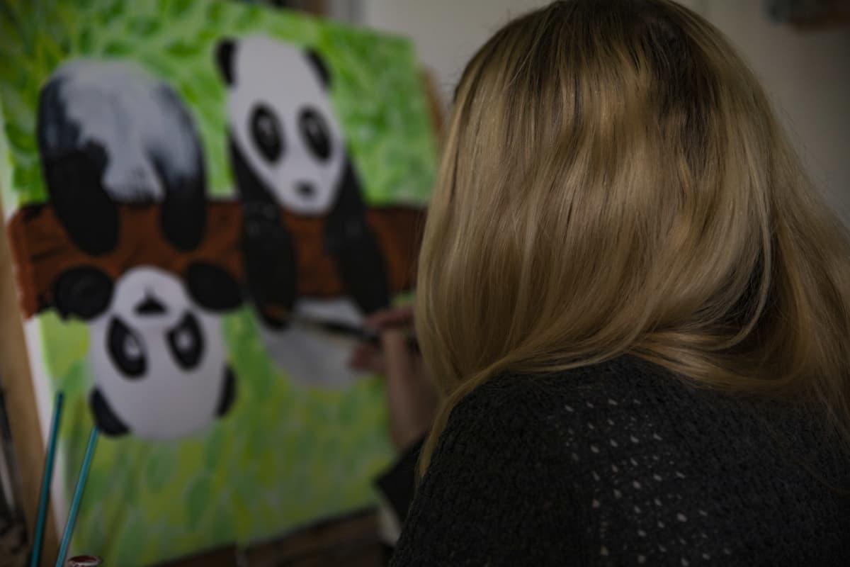 Erityislapsen äiti maalaa taulua.