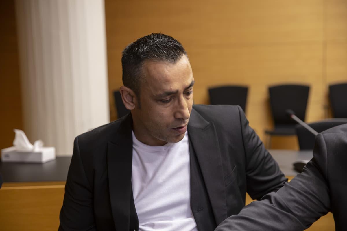 Arman Alinko oikeudessa.