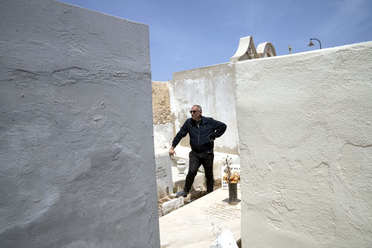 Francesco Piobbichi, Mediterranean Hope -järjestön avustustyöntekijä esittelee Lampedusan hautausmaata, jonne on haudattu kymmeniä siirtolaisia.