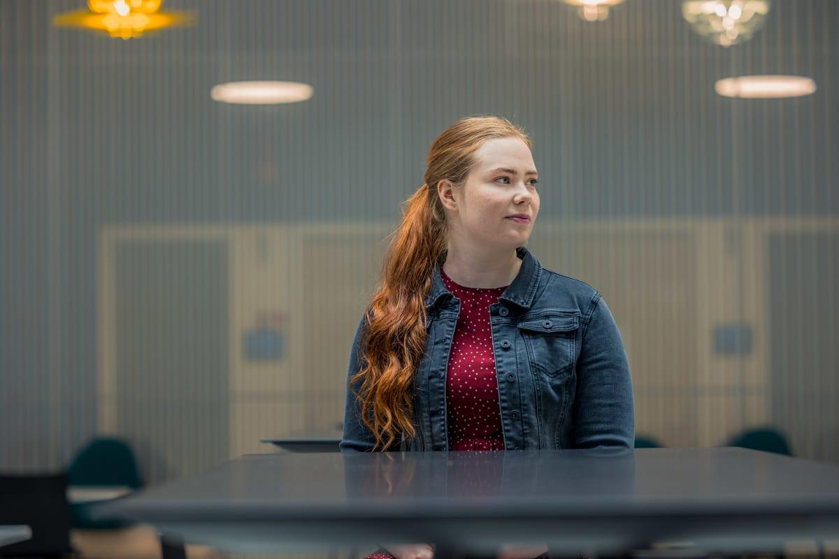 Sonja Lakaniemi kokee hoitajan työn liian uuvuttavaksi. Hän aikoo vaihtaa alaa ja hakeutuu opiskelemaan opettajaksi.