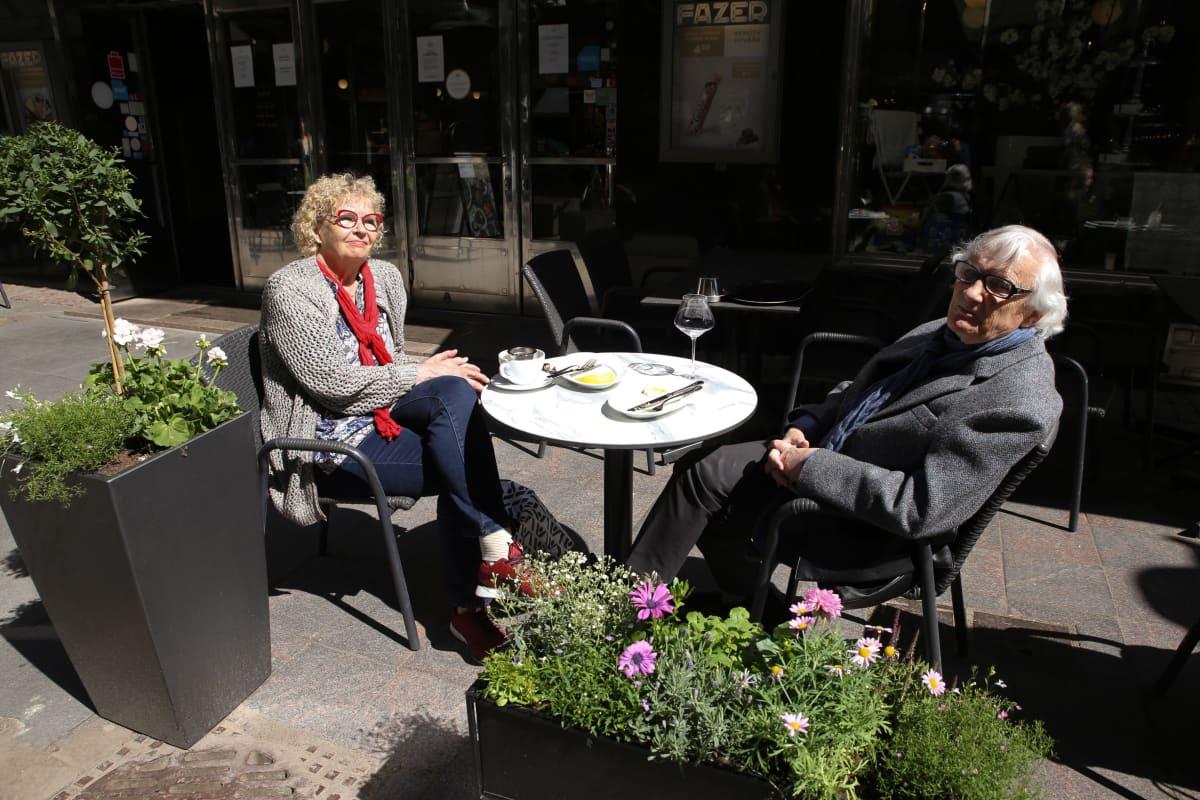 Ritva Siikala ja Bengt Ahlfors ravintola Bardotin terassilla.