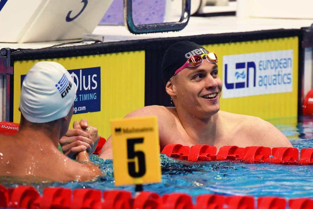 Ari-Pekka Liukkonen juhlii Euroopan mestaruutta.