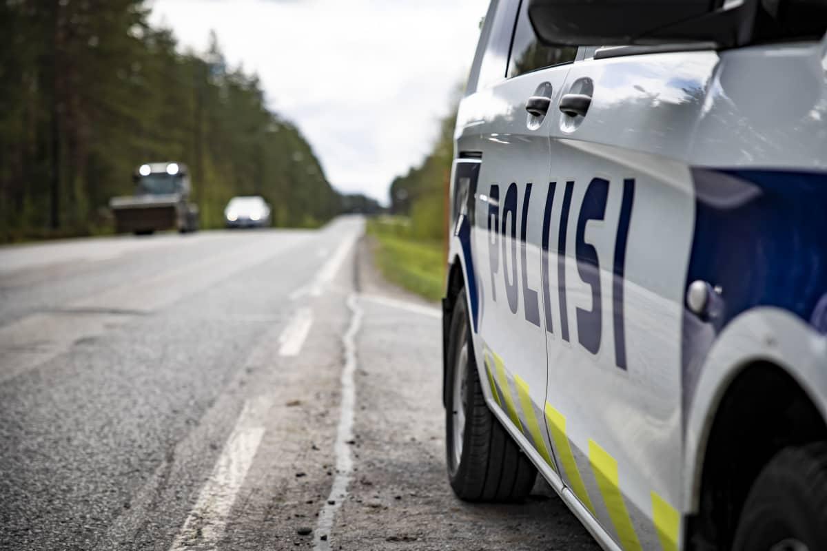 Poliisin auto tien reunassa