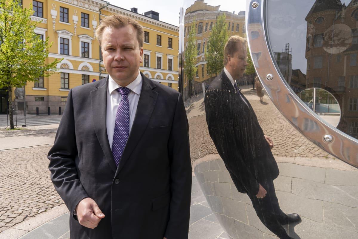 Antti Kaikkonen, puolustusministeri, puolustusministeriön edessä