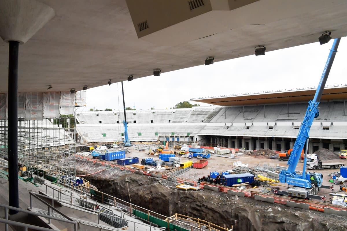 Remontissa oleva Olympiastadionin katsomo ja kenttä.