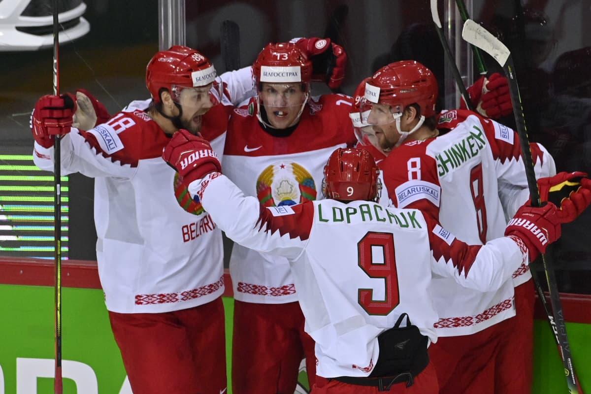 Valko-Venäjän jääkiekkomaajoukkue juhlii maalia MM-kisojen alkulohkossa.
