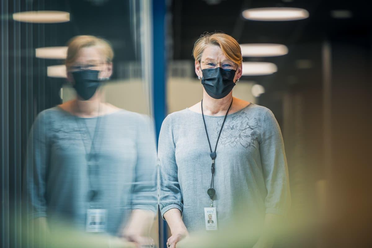 Keski-Suomen sairaanhoitopiirin johtajaylihoitaja uuden sairaalan käytävällä.