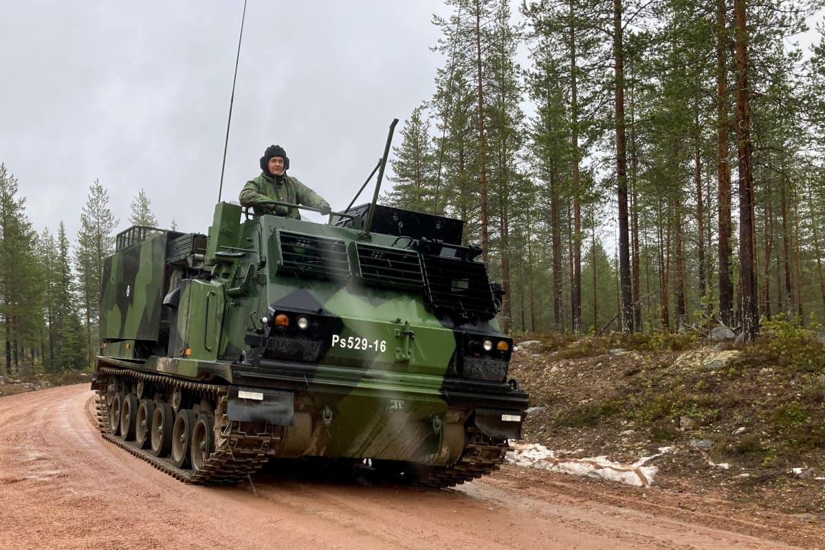 Raskas raketinheitin Ps529-16 ajaa hiekkatiellä Rovajärven harjoitusalueella. Vaunun luukussa seisoo patterin esimies reservin alikersantti Juha Kinnari.