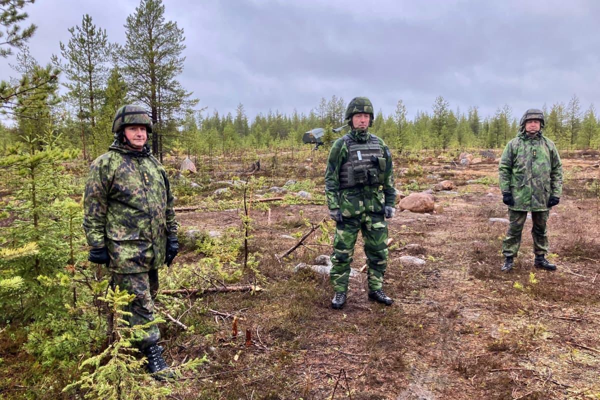 Kolme maastoasuista upseeria metsäaukiolla: eversti Kari Pietiläinen, Ruotsin 3. prikaatin komentaja Mats Ludvig ja everstiluutnantti Tomi Pekurinen.