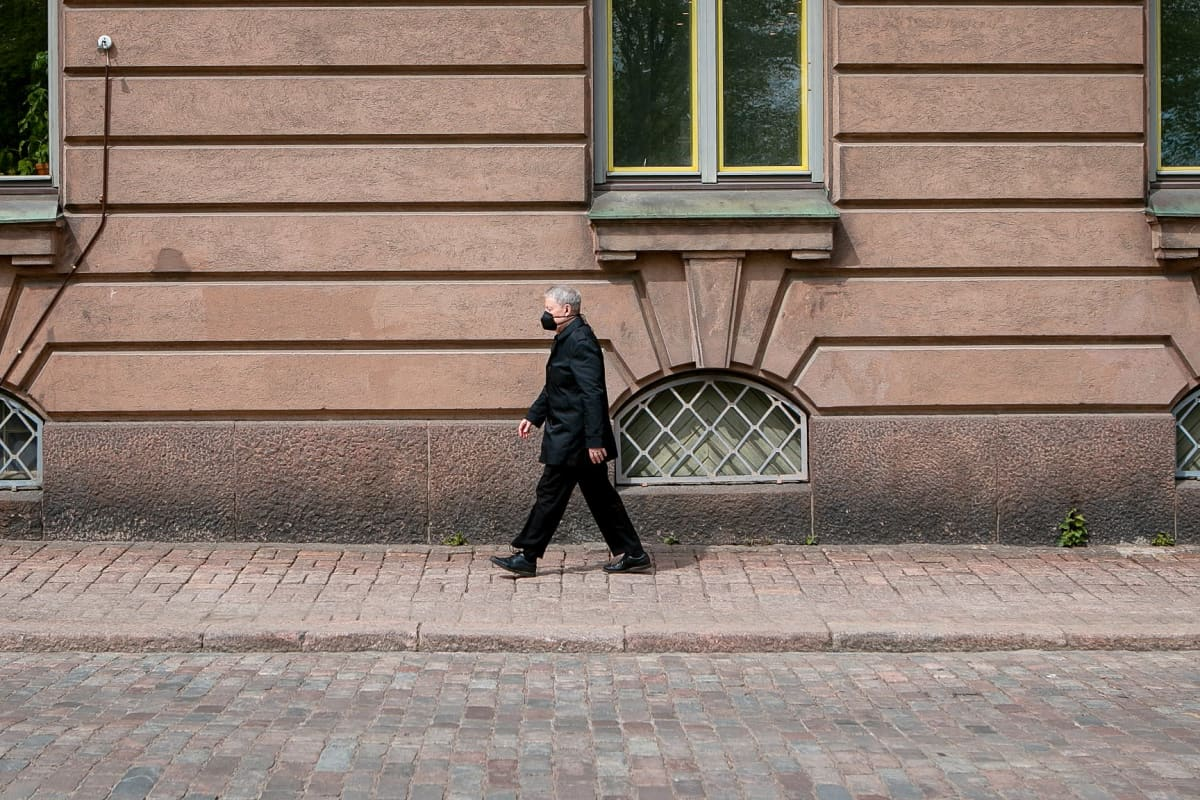 Pianoprofessori Matti Raekallio kävelee kadulla.