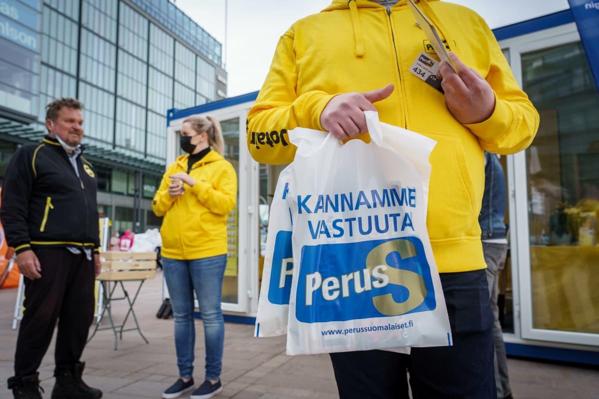 Perussuomalaisten kuntavaaliehdokkaita vaalitapahtumassa.