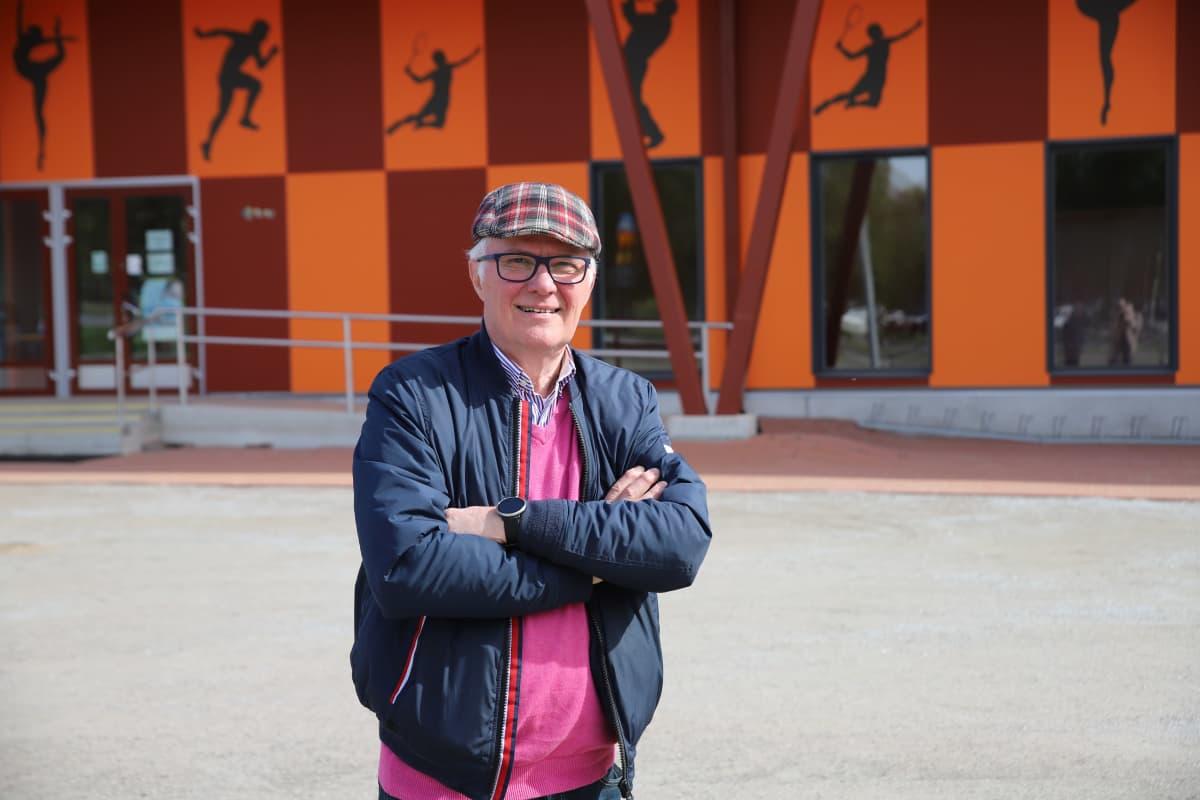 Laitilan entinen kaupunginjohtaja Jukka Alkio seisoo liikuntahallin edustalla.