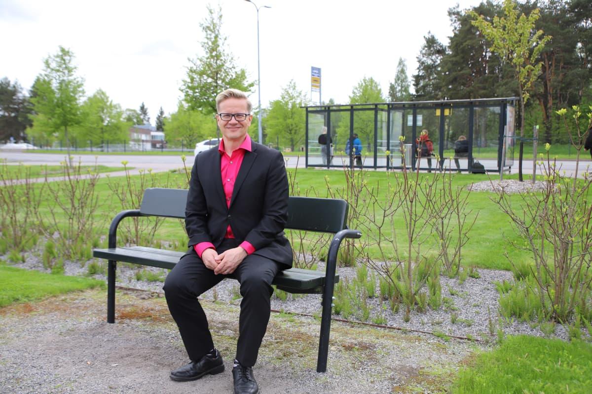 Ari Korhonen istuu puistonpenkillä Raisiossa.
