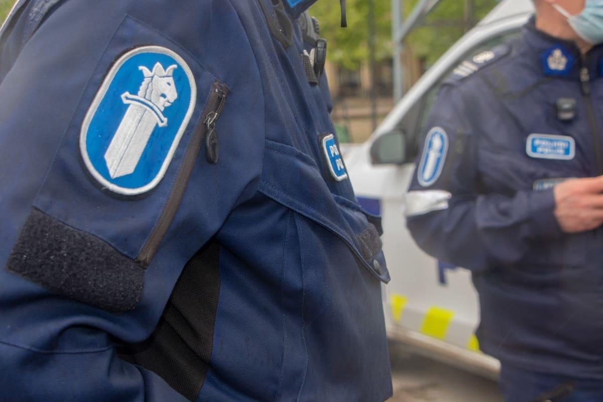 Kaksi miespoliisia seisoo vierekkäin.