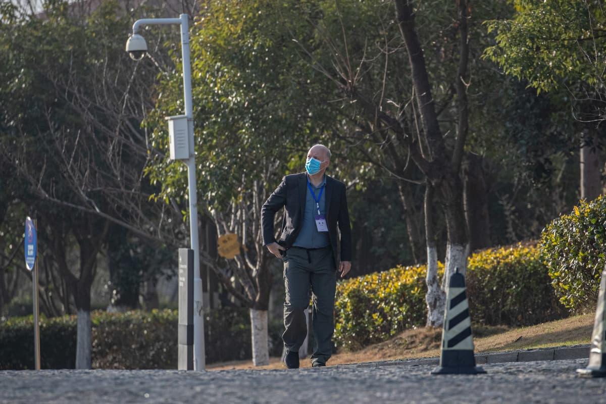 Peter Daszak kävelee Wuhanin kadulla.