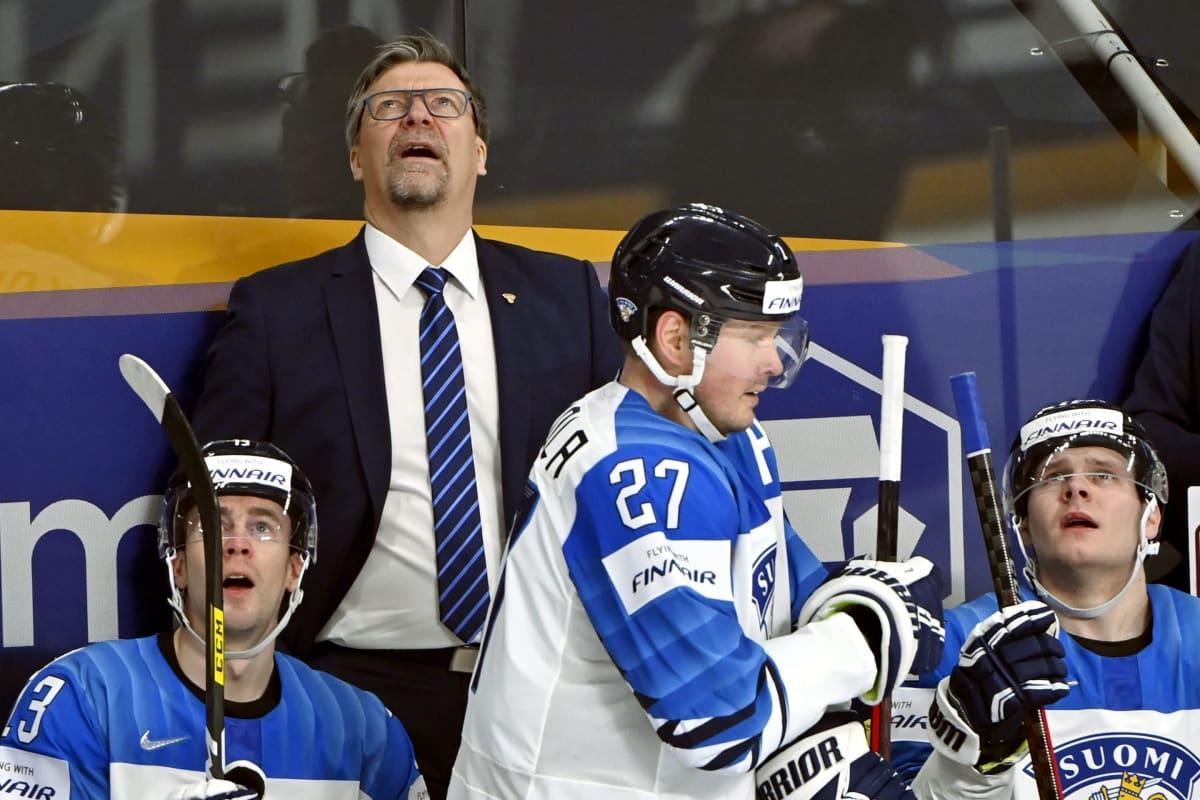 Jukka Jalonen katsoo, kun Leijonien 2-1-maalia Saksaa vastaan tarkistettiin videolta.