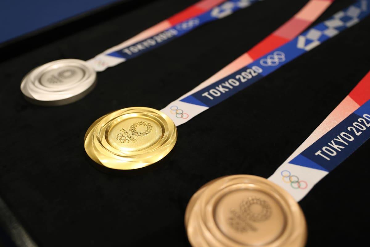 Tokion olympialaisten mitalit esittelyssä.