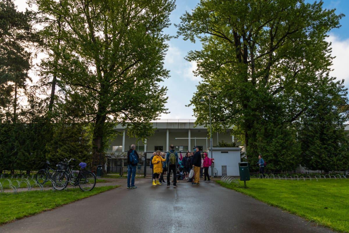 Helsingin uimastadion aukesi 1. kesäkuuta 2021. Porttien takana oli jo jonoa ennen stadionin avautumista.