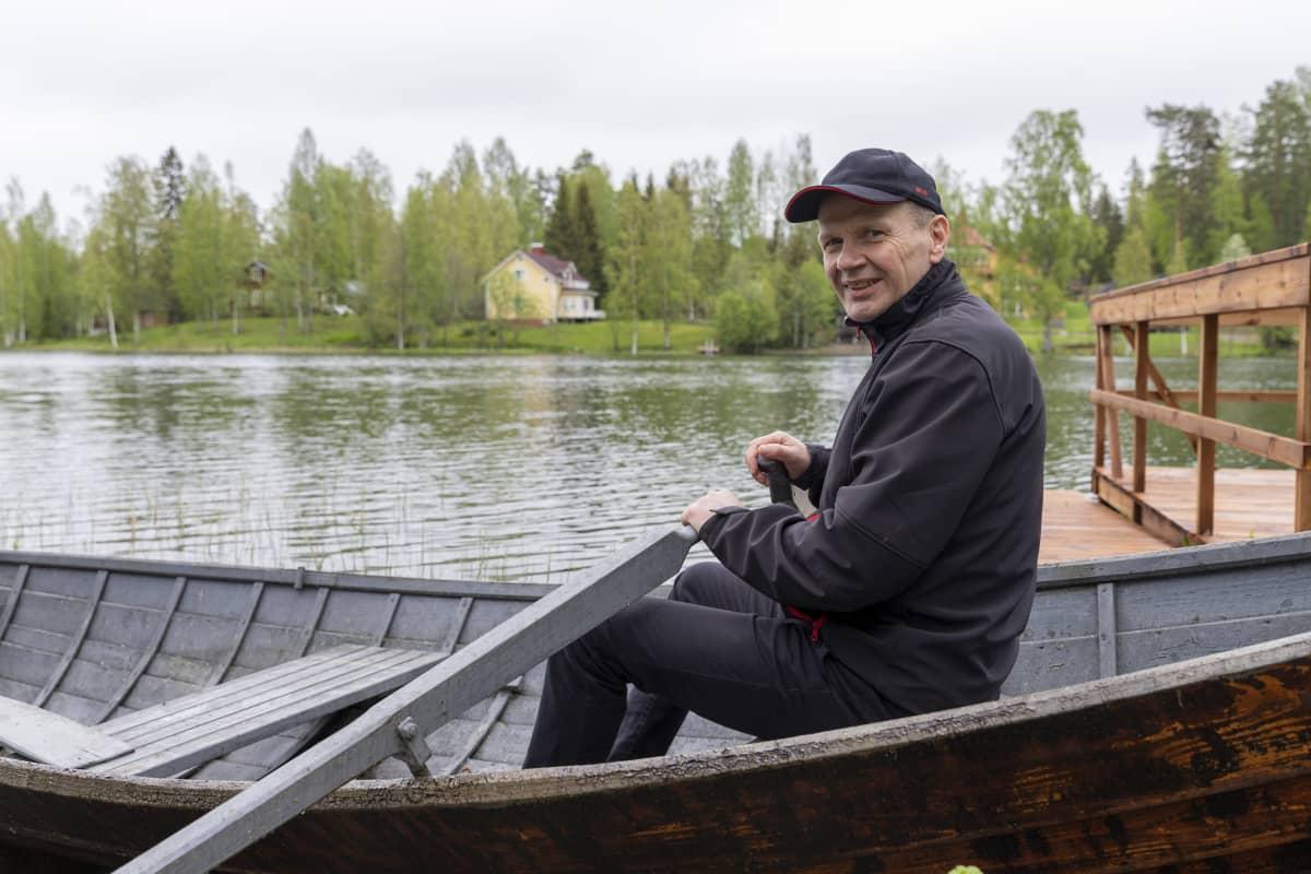 Aimo Savolainen soutuveneessä Ahvenlammen rannalla Jäppilässä