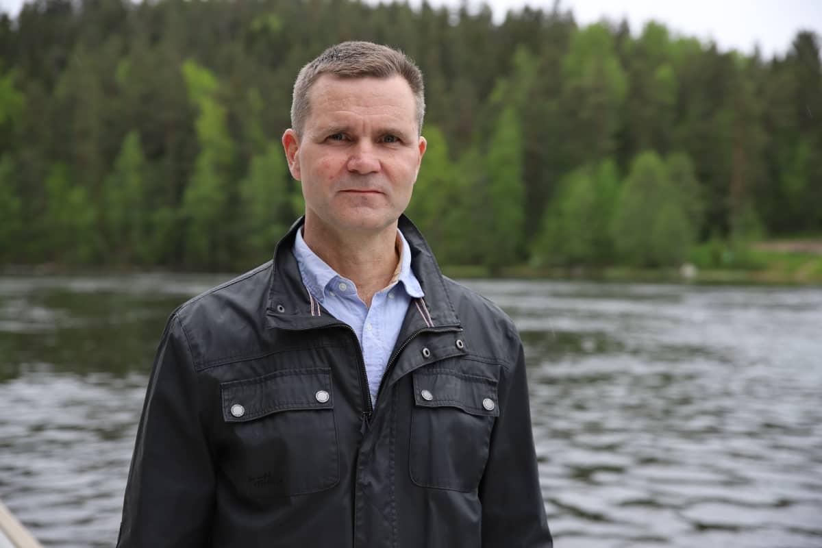 Kaakkois-Suomen ely-keskuksen vesitalousasiantuntija Juha Pohjoisaho Virtakiven satamalla Kouvolassa.