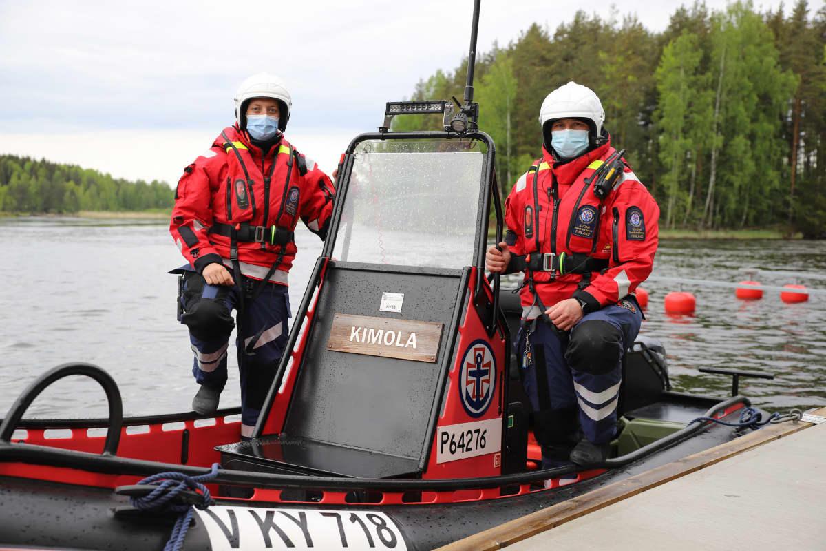 Kouvolan järvipelastusaseman Onni Marsala ja Saku Tauriainen pelastusveneessä Kymijoella Kouvolassa.