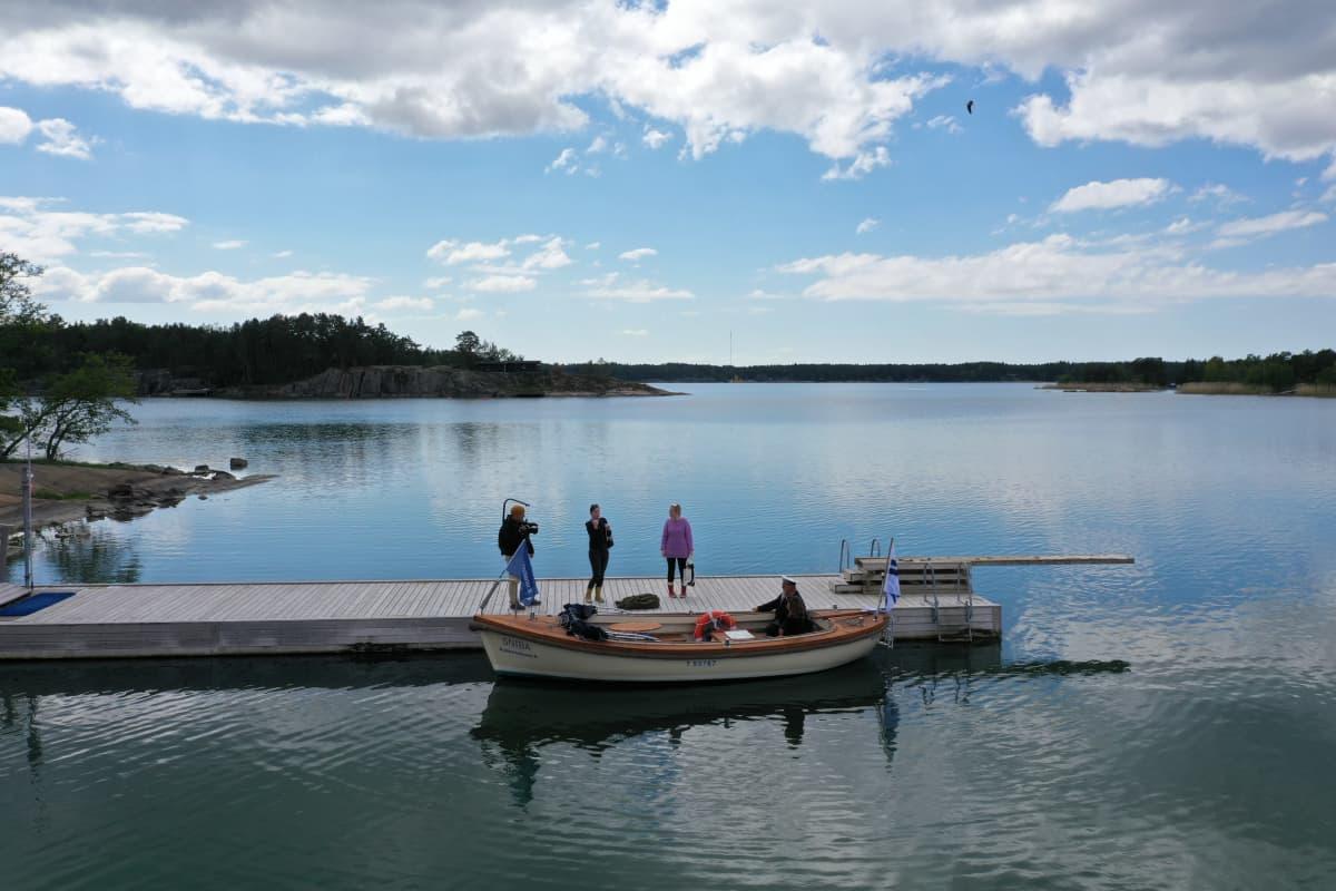 Kuvausryhmä on lähdössä venematkalle Kustavissa.
