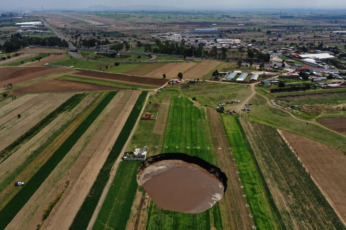 Iso kraatteeri pellossa. Vajoama on halkaisiltaan noin 60 meträ ja syvyydeltään noin 20 metriä.