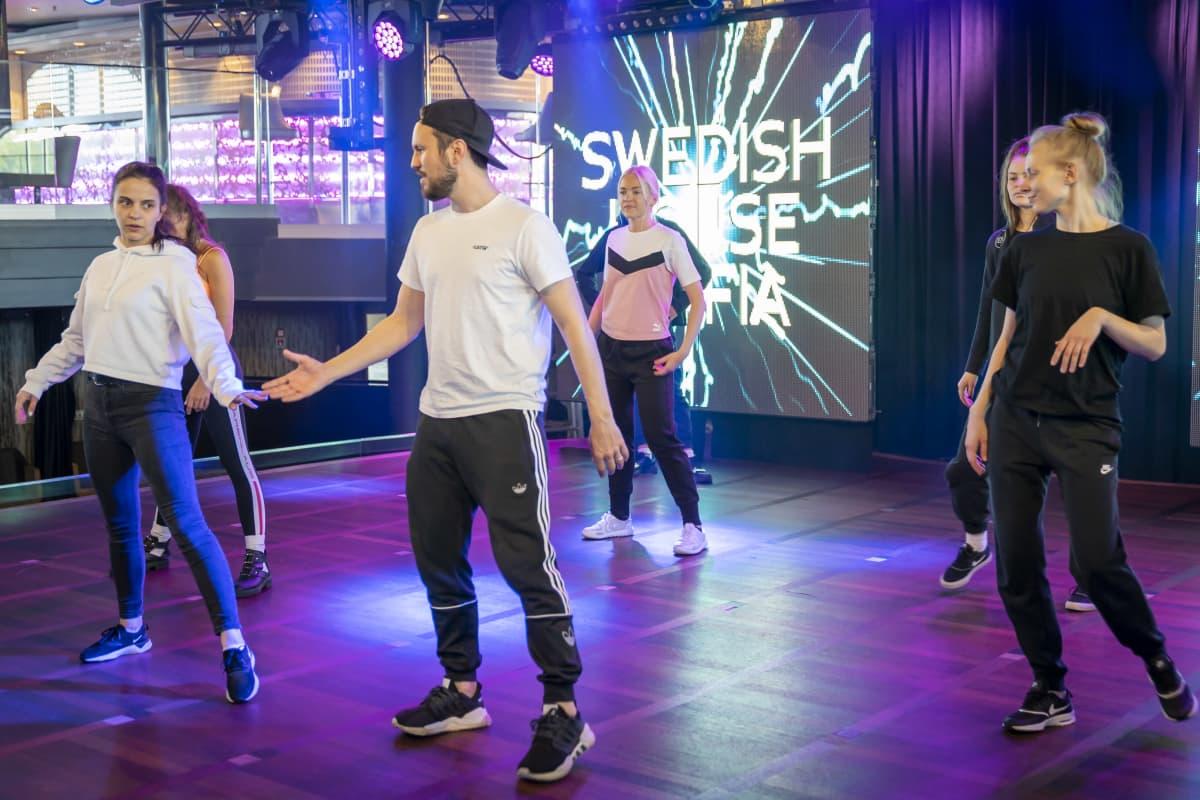Virolainen Dance Factory -ryhmä harjoittelee Starlight yökerhossa.