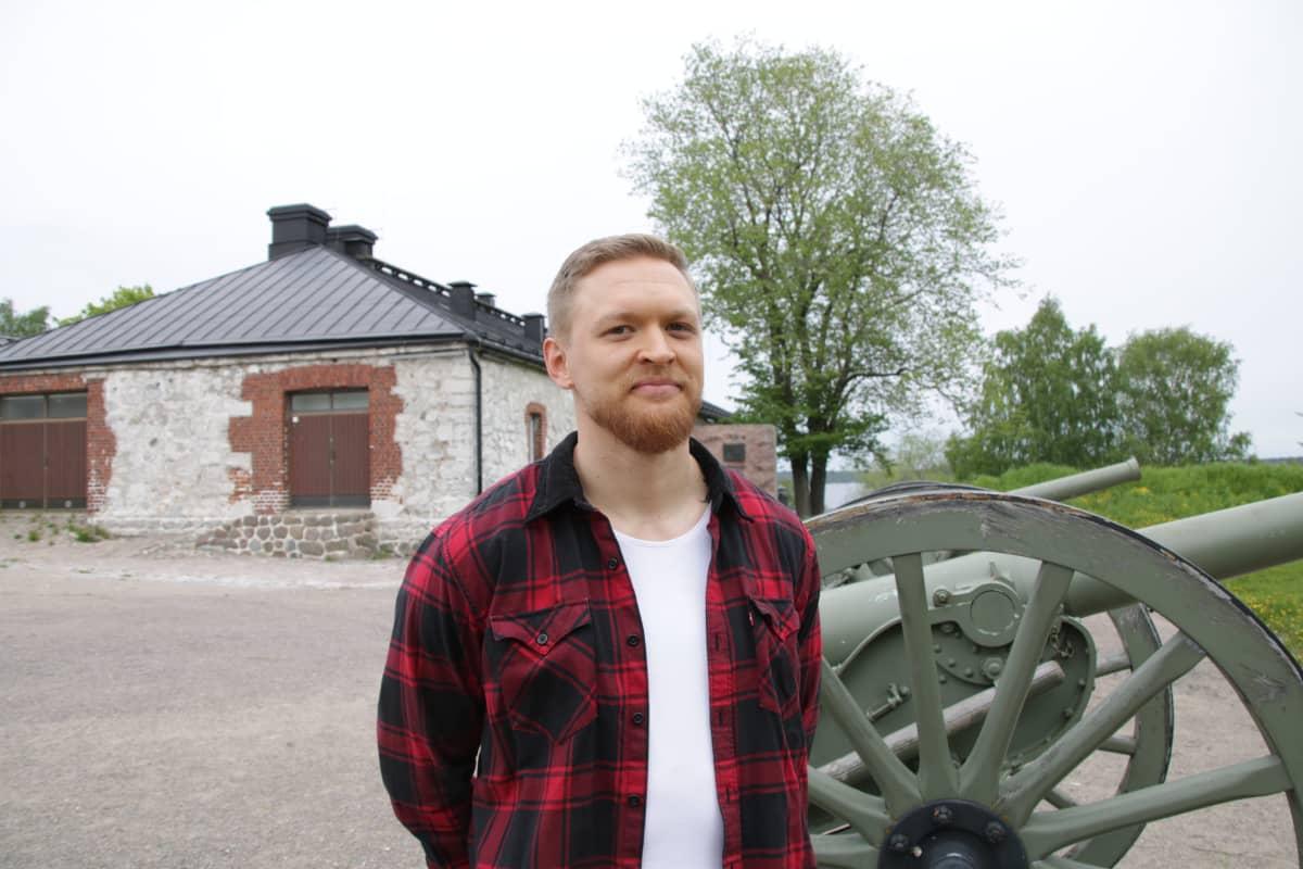 Tuomo Vento seisoo vanhan tykin vieressä Lappeerannan linnoituksen sisällä