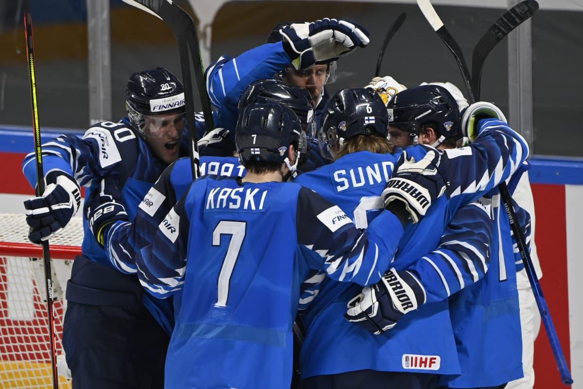 Suomi juhlii MM-välieräpaikkaa.