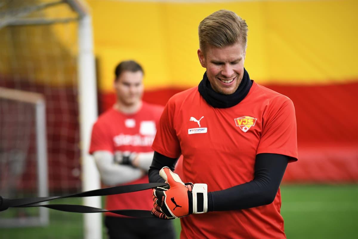 Tomi Maanoja på fotbollsträning med VJS.