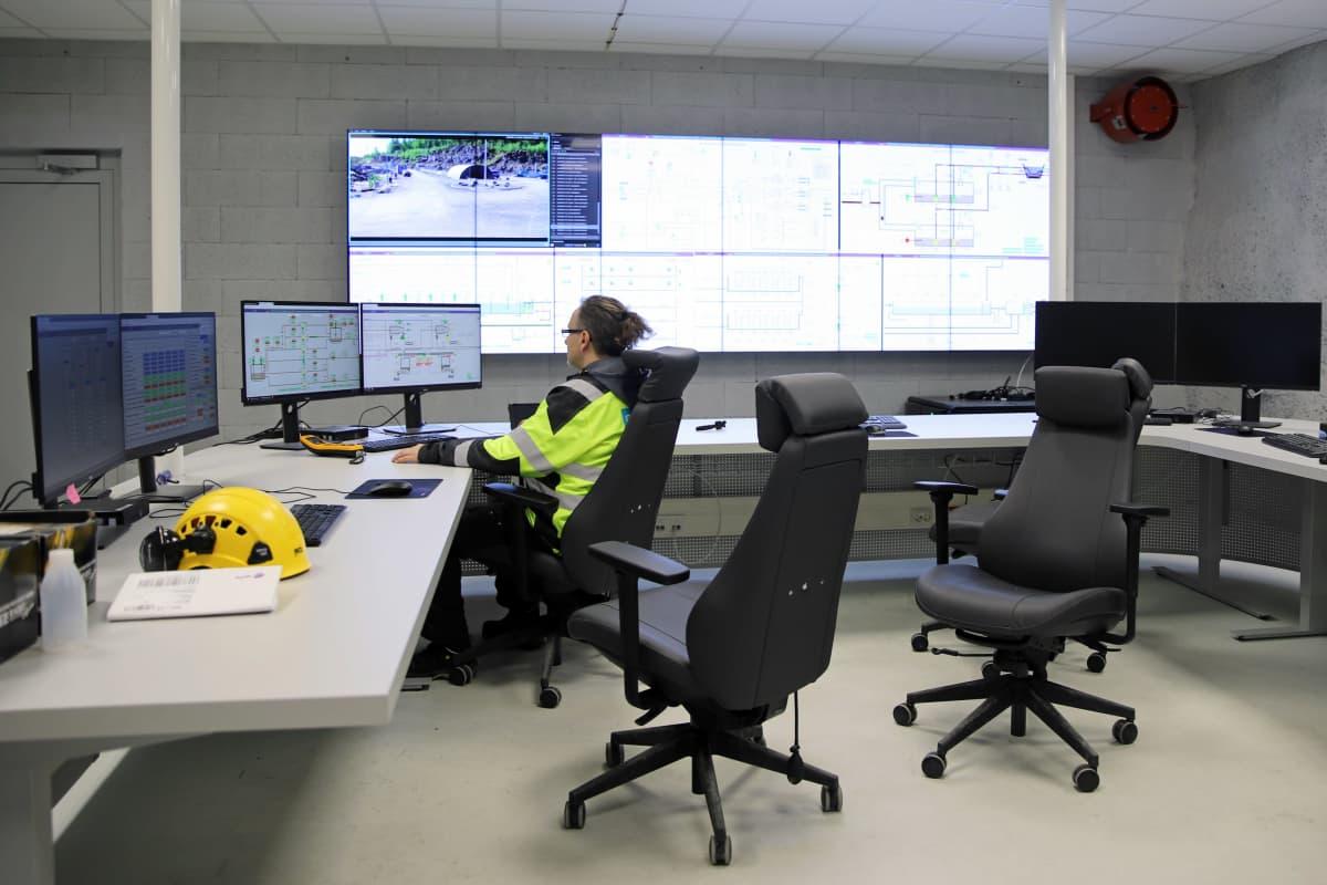 Mikkelin jätevedenpuhdistamon valvomo, yksi työntekijä tietokoneen äärellä.