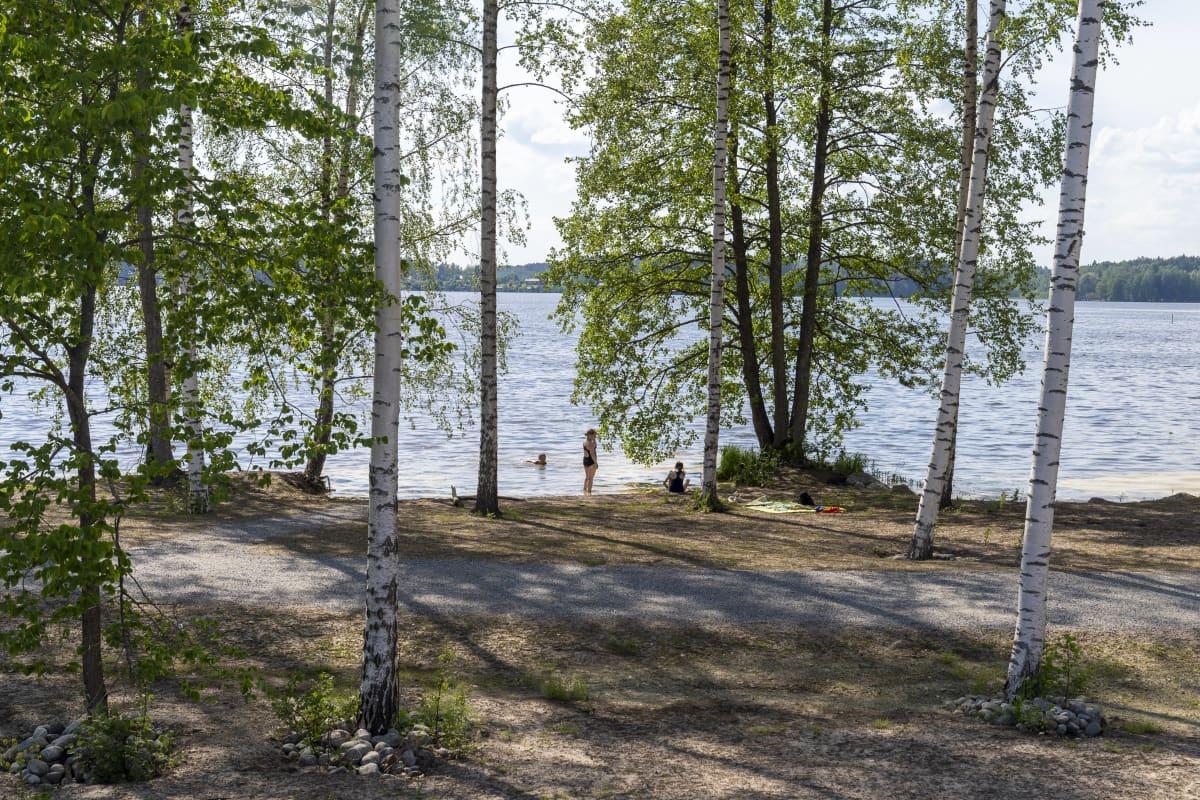Uimaranta Asunto Osuuskunta Hiidenkodin asuntojen takana Lohjan asuntomessuilla