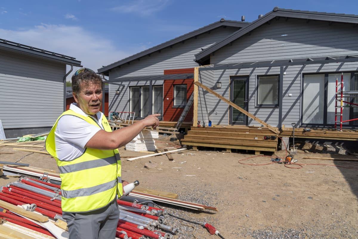 Heikki Vuorenpää, asuntomessujen operatiivinen johtaja, Asunto Osuuskunta Hiidenkodin asuntojen pihalla