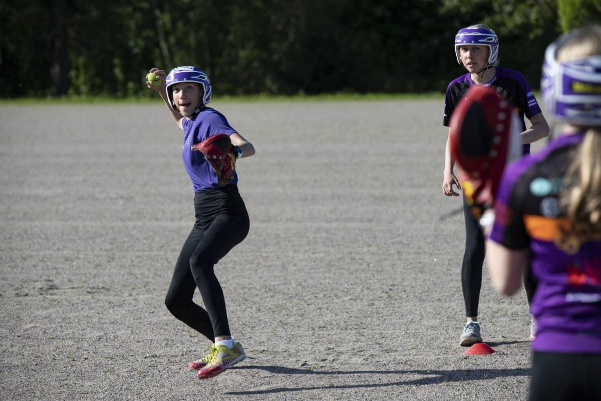 Emma Remes heittää pesäpalloa pesäpalloharjoituksissa.