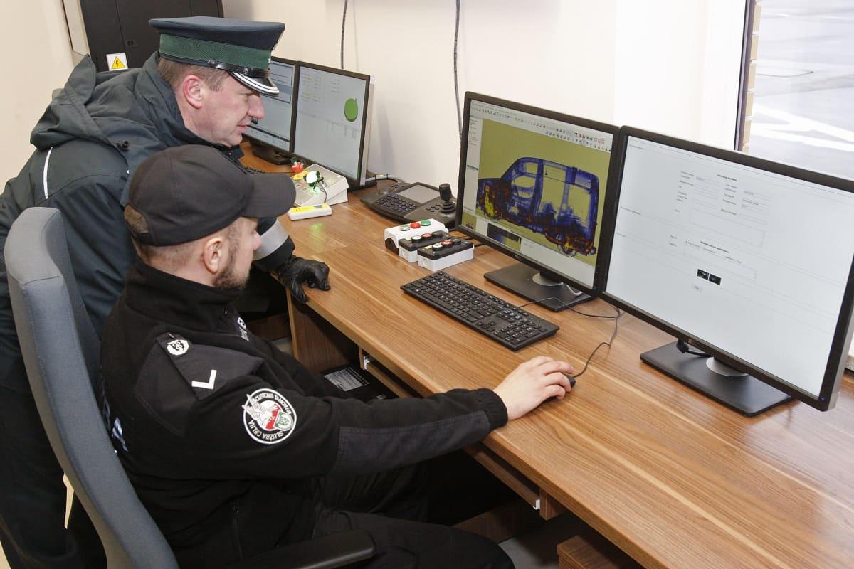 Puolalaiset rajavartiat tarkistavat läpivalaisulla henkilöautoa.