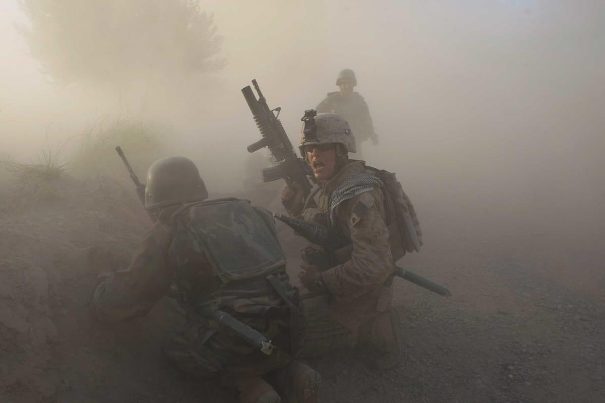 Yhdysvaltain merijalkaväen sotilaita pölyn seassa taistelussa.