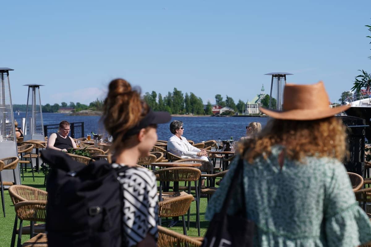 Ihmisiä terassilla Helsingin keskustassa.