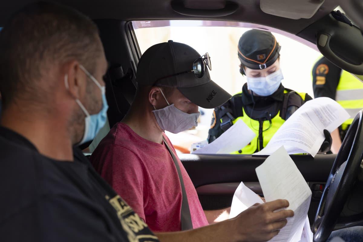 Rajavartija tutkii Virosta matkustajalaivalla saapuneen Peeter Ottin papereita.