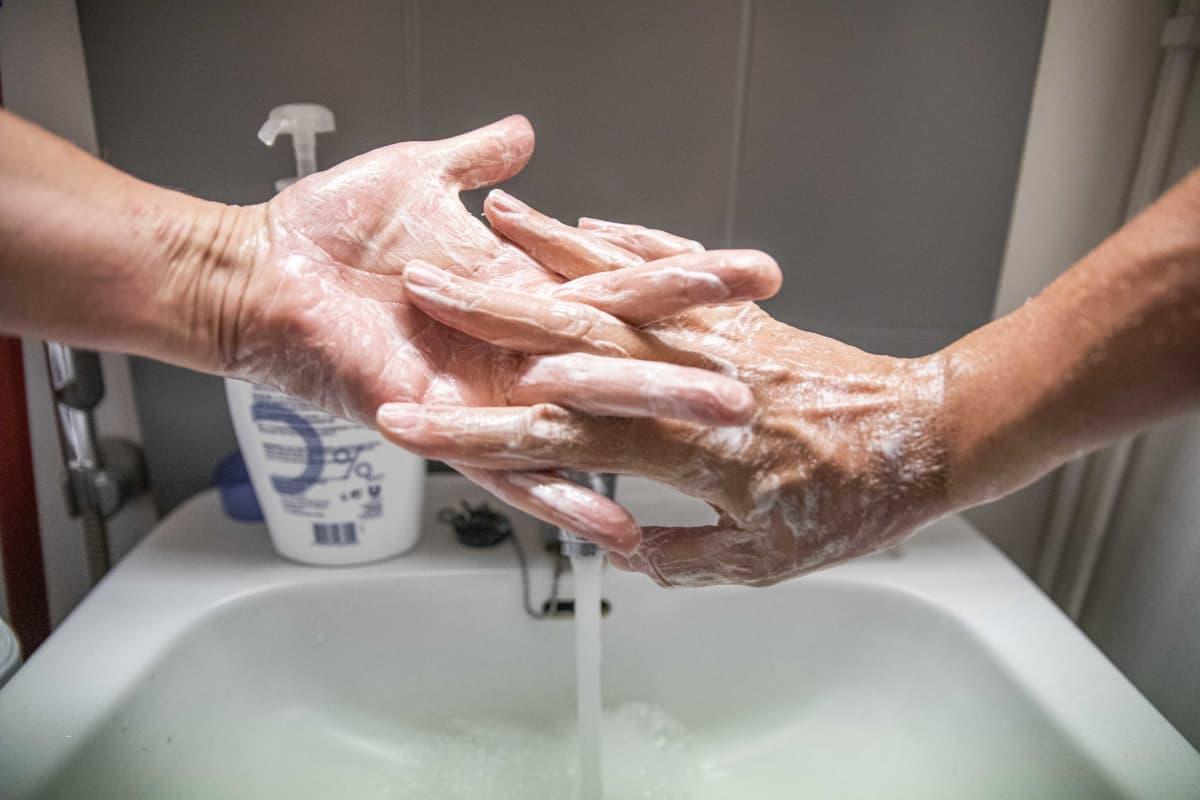 Mies pesee kätensä.