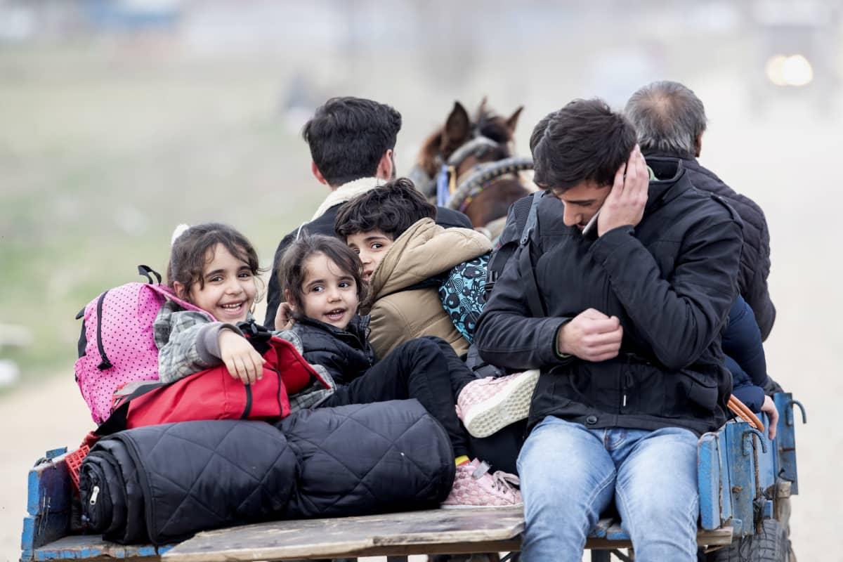 Kuvassa pakolaisia Turkin Edirnessa 9. maaliskuuta 2020.