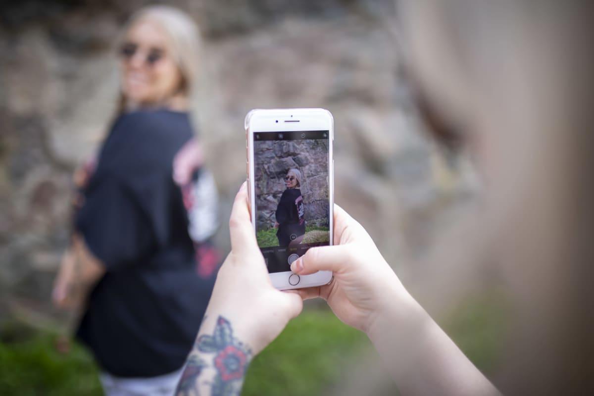 Nelli Kenttä kuvaa Katri Norrliinia kivimuurin edessä.