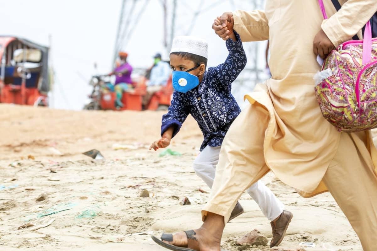Kasvomaskiin puettu lapsi Bangladeshissa.