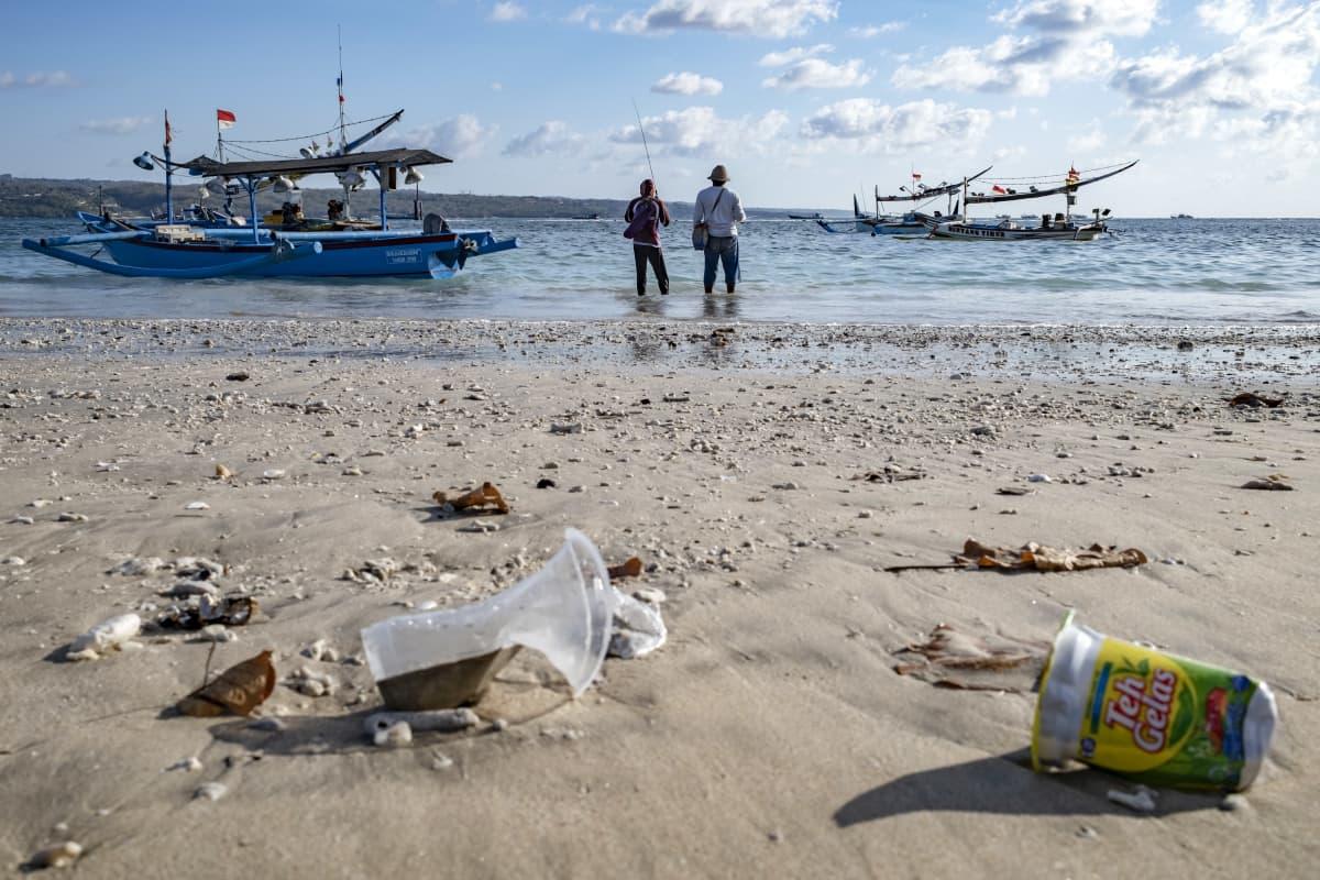 Muoviroskia rannalla.