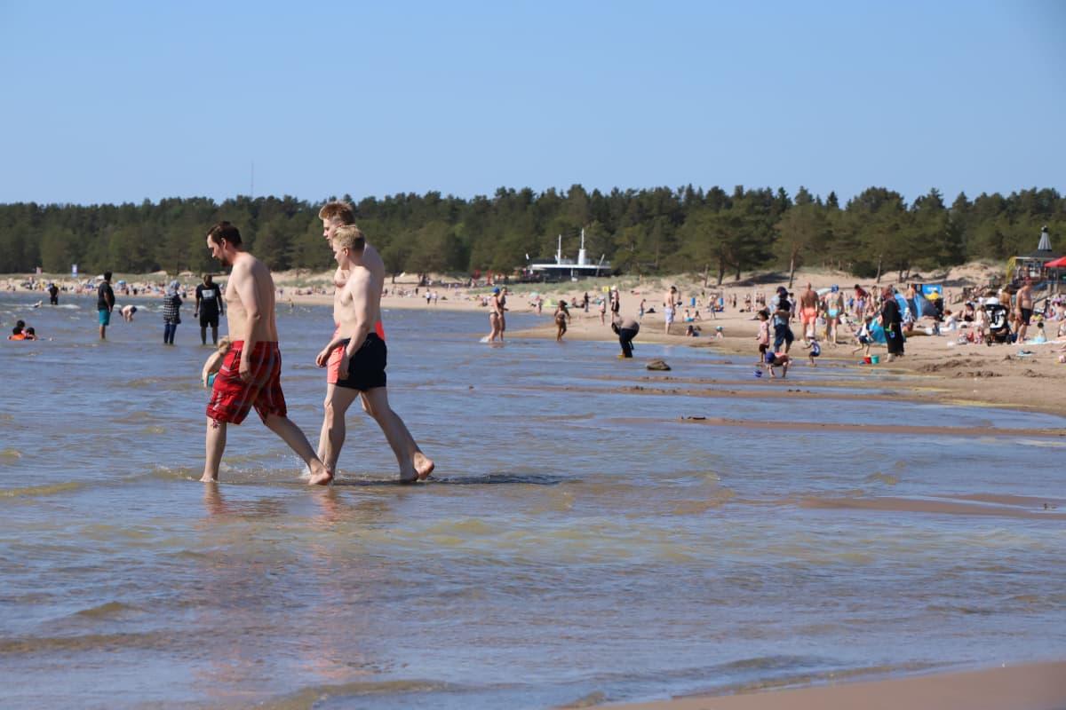 Ihmisiä uimarannalla Yyterissä