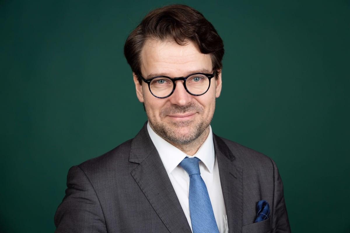 Närbild på Ville Niinistö i kavaj och slips.