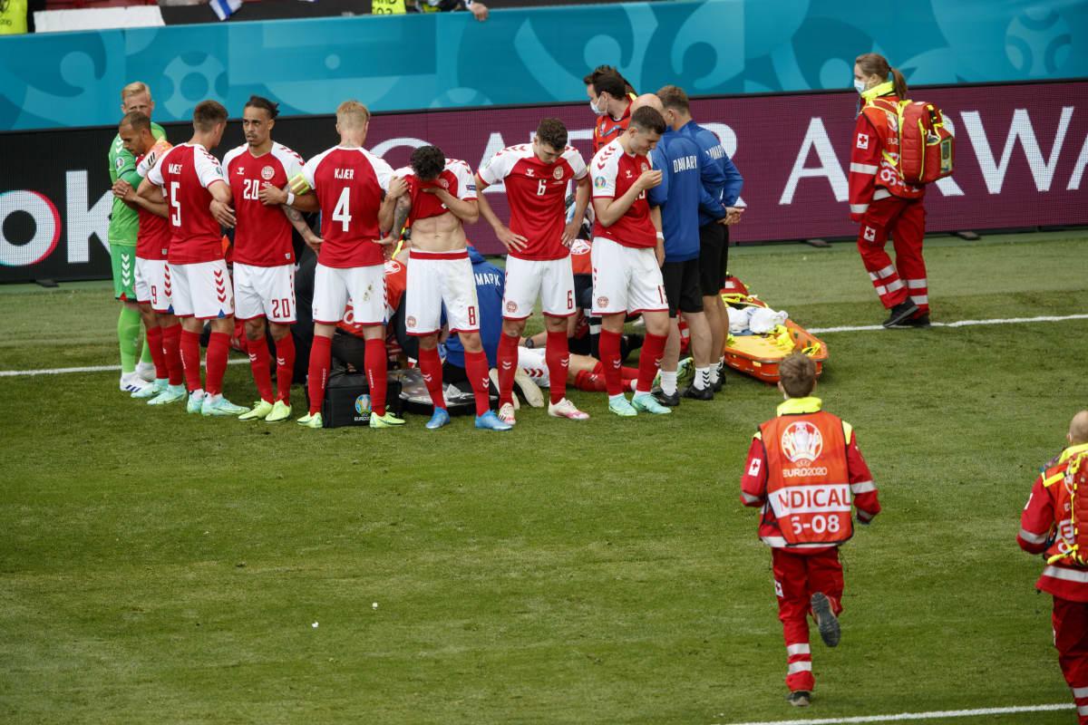 Simon Kjaer keräsi joukkueensa pelaajan ympärille.